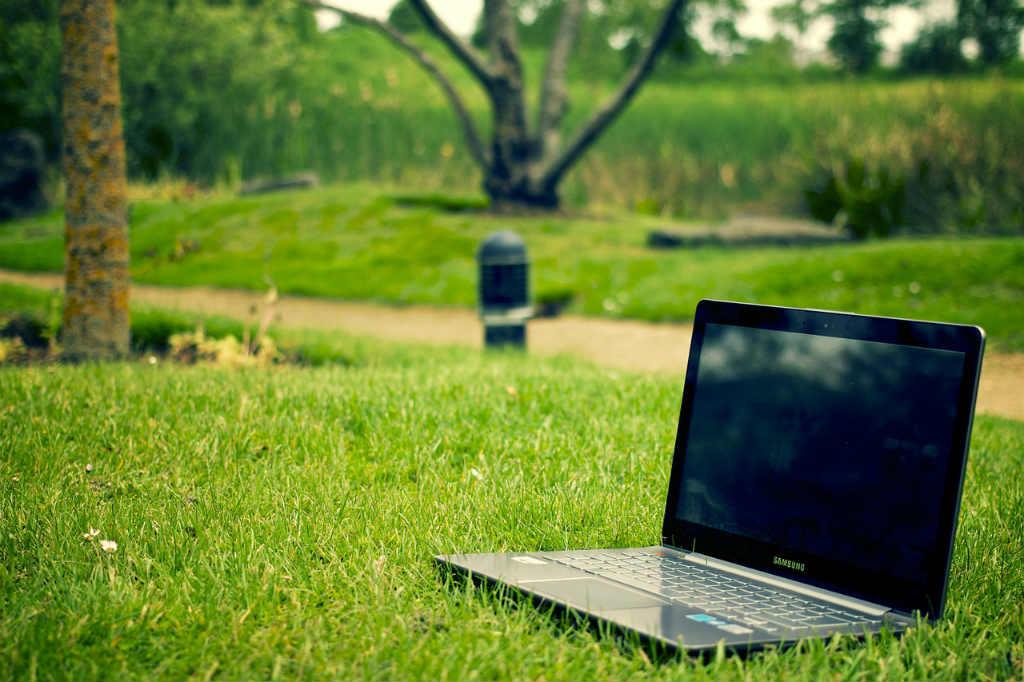 ノートパソコンと公園
