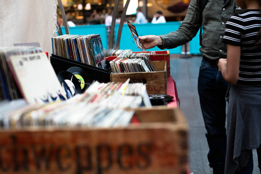 中古レコードを探す人