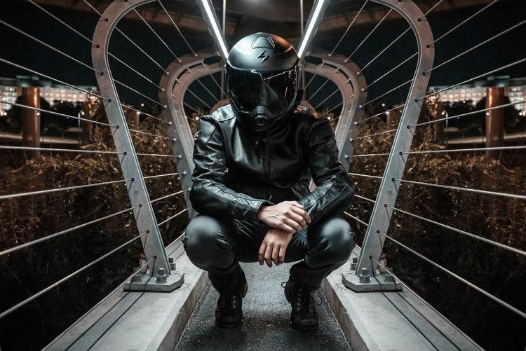 ヘルメットの男