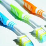 丁寧に歯ブラシで磨き、デンタルフロス「糸ようじ」を使ってます。