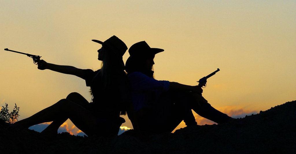 銃を持つ二人の女性