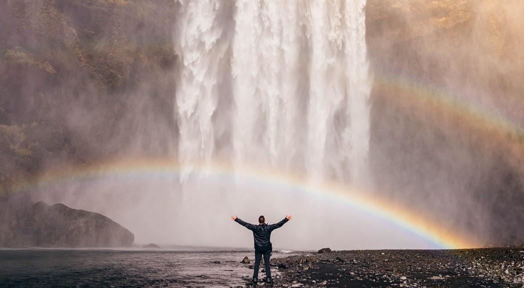 滝で涼む人