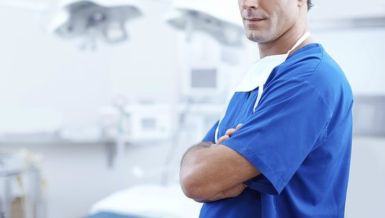 治療を進める歯科医師