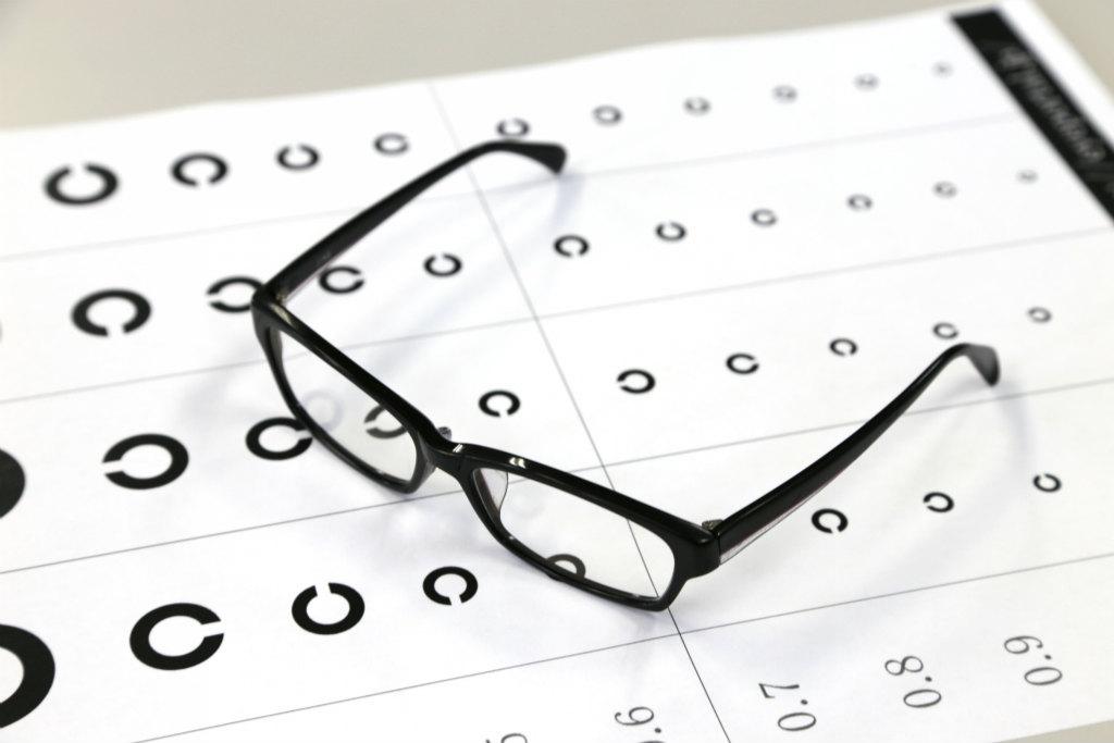 眼鏡をかけて視力検査