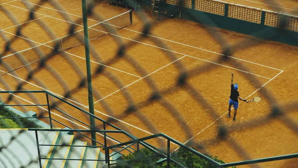 テニスの練習をする人