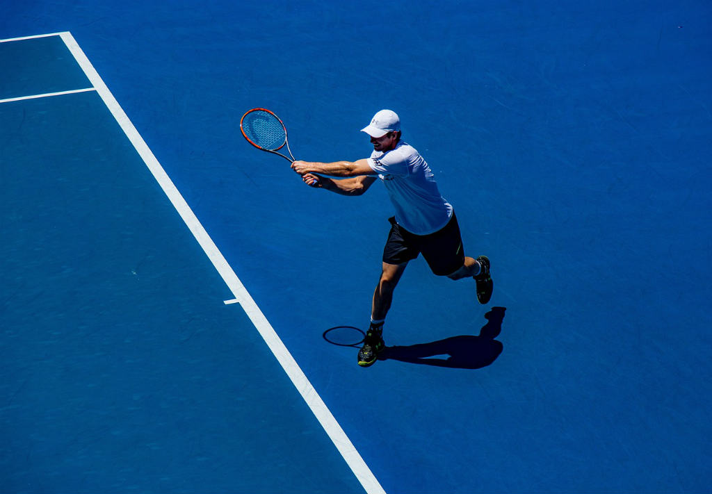 試合中のテニスプレイヤー