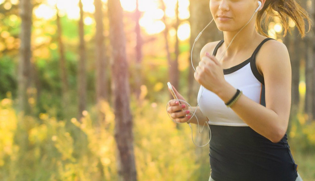 音楽を聴きながらランニングする女性