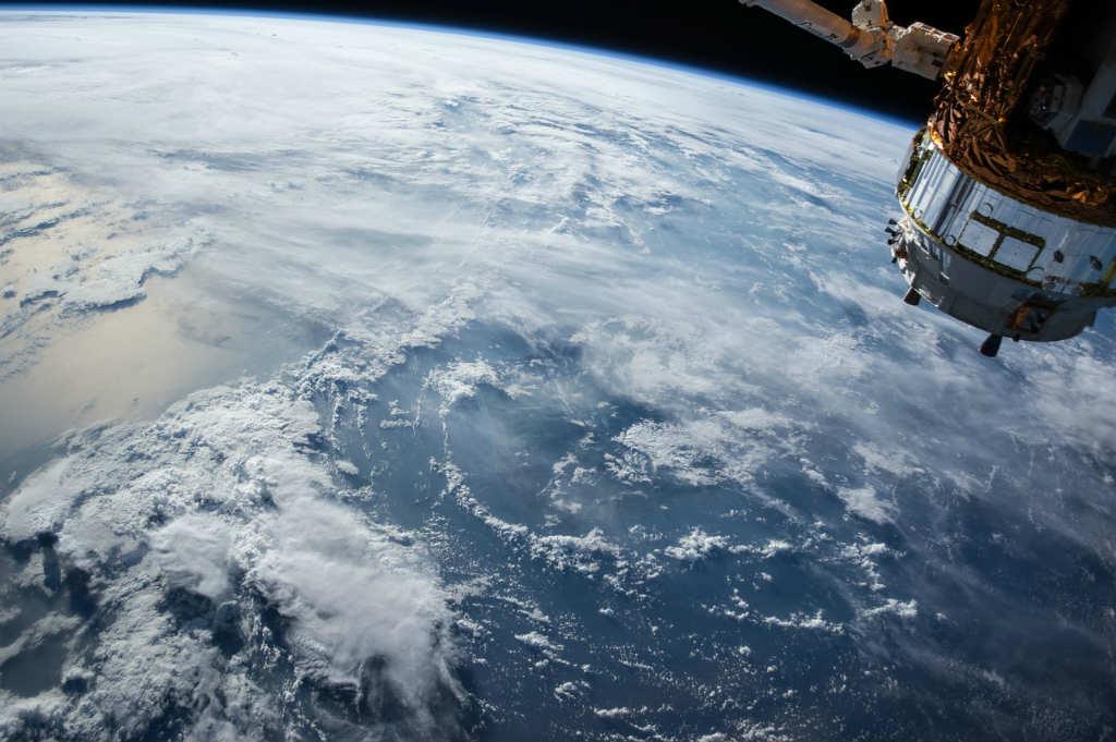 地球と宇宙船