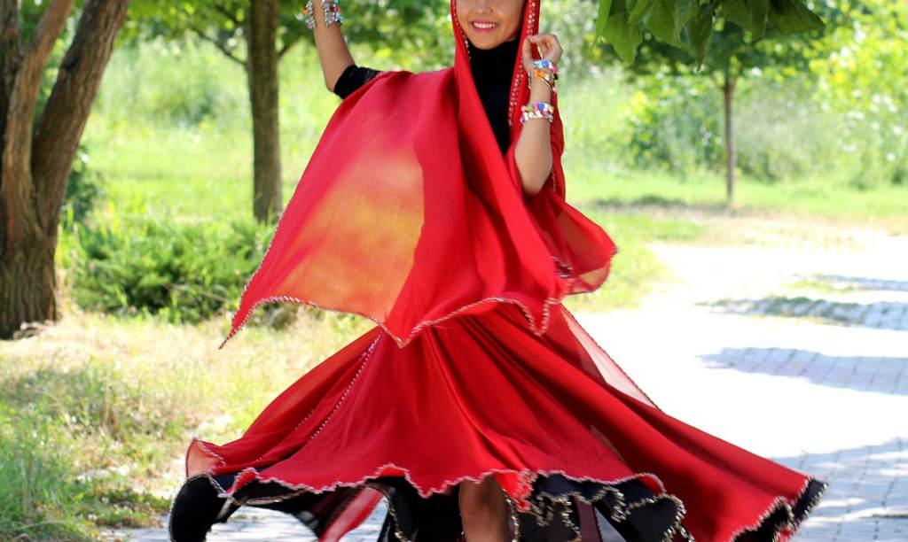 踊っているインド人の女性