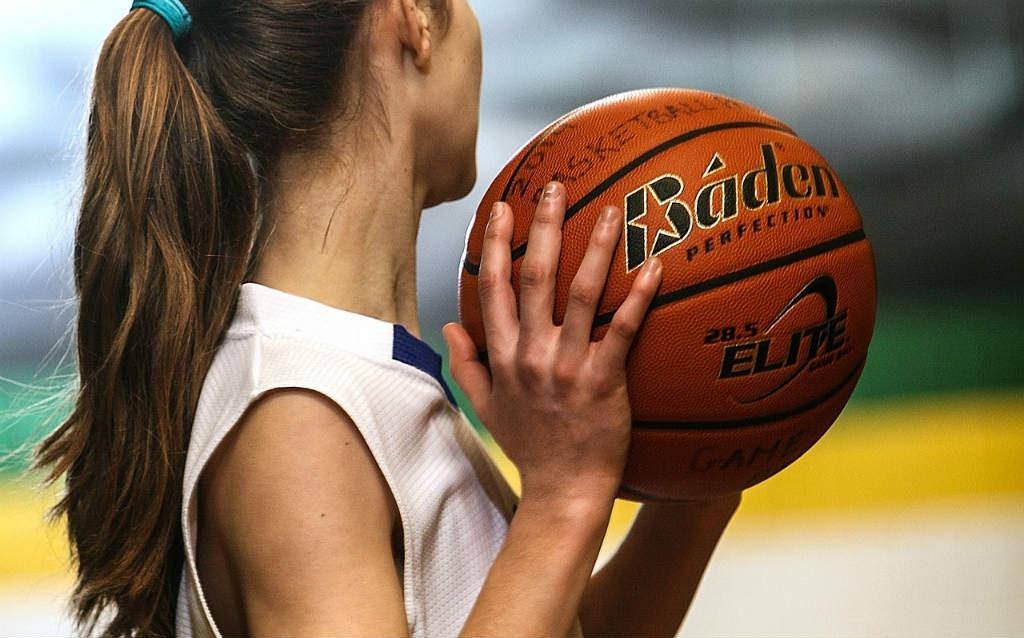 バスケットボールの女子選手