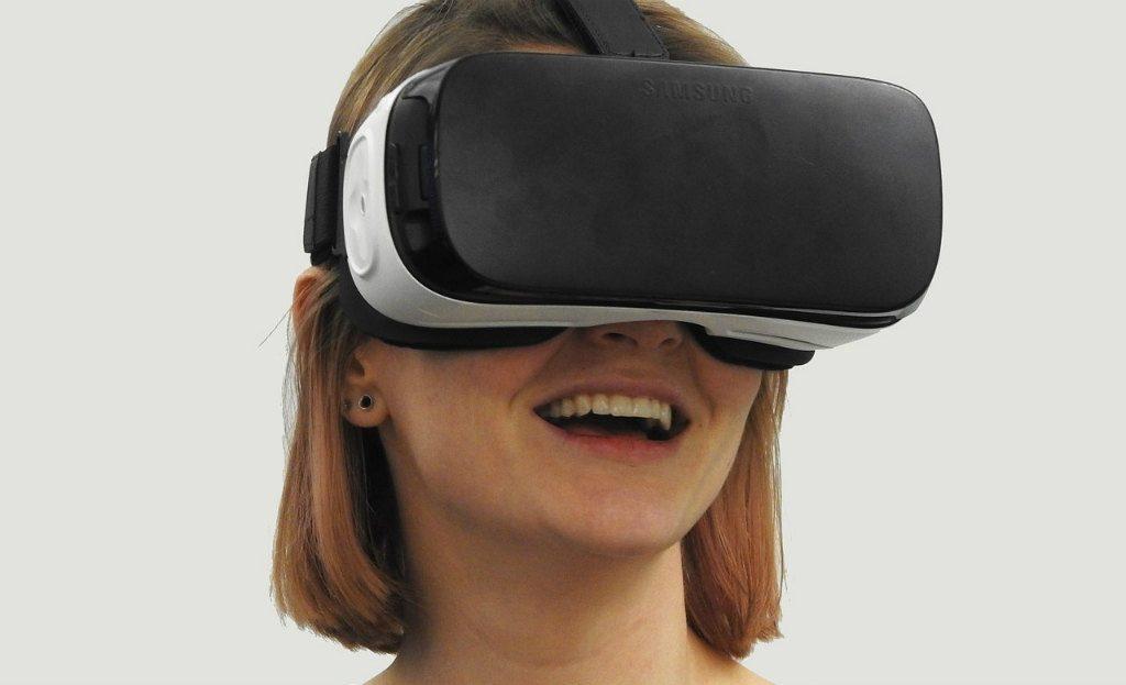 VRヘッドセットを付けた女性
