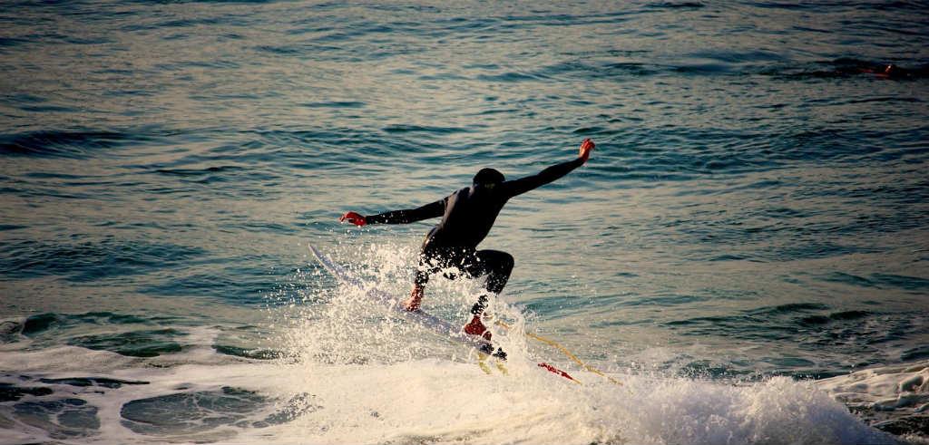 サーフィンをしている人