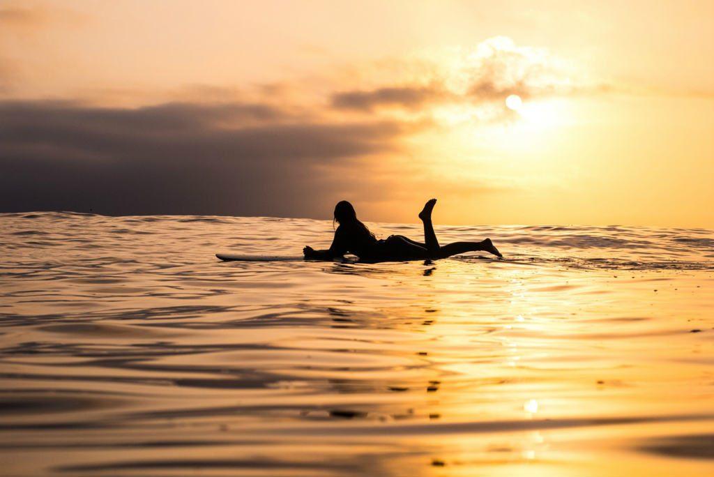 サーフィンをする女性