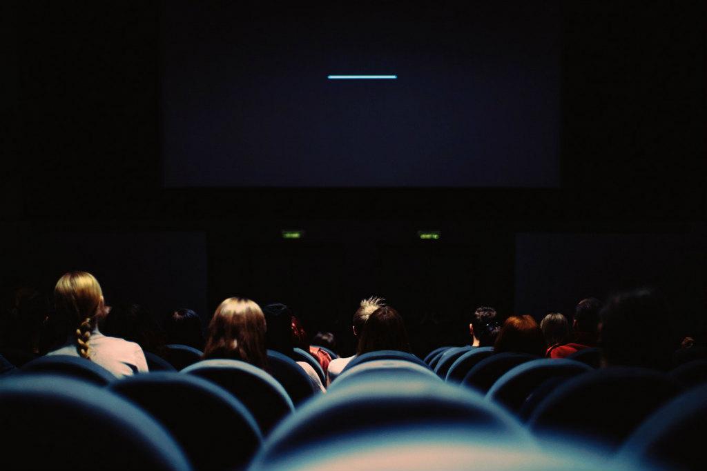 エンドロールを観る観客