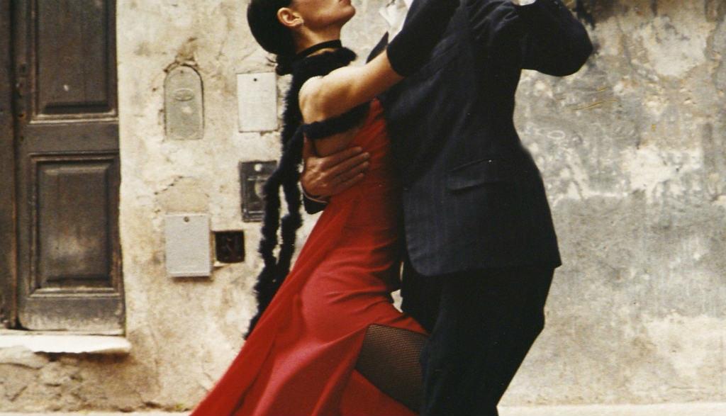 路上で踊る二人
