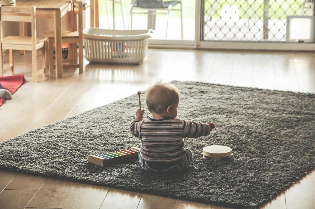 音楽を楽しむ赤ちゃん