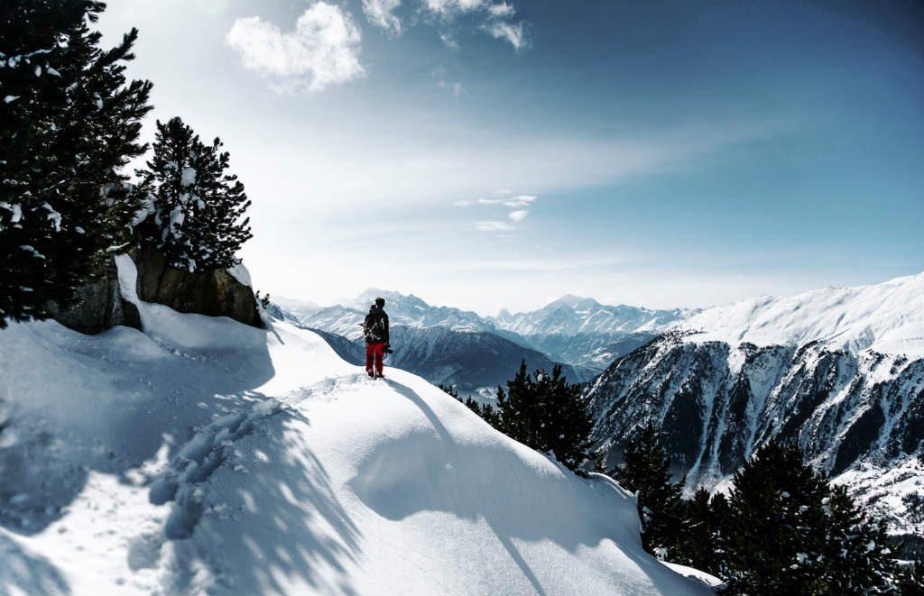 雪原を進む人