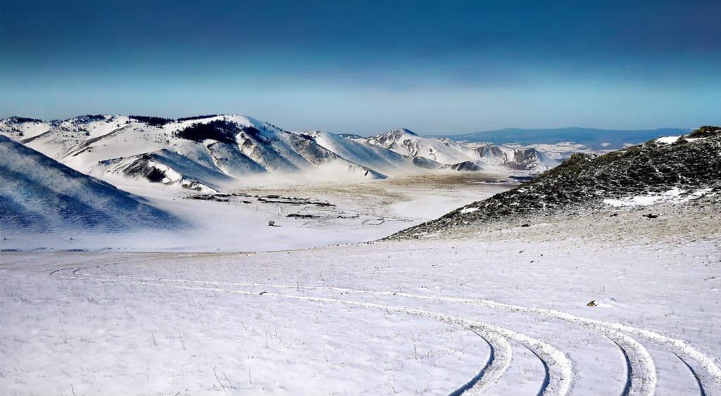 雪原と車の轍