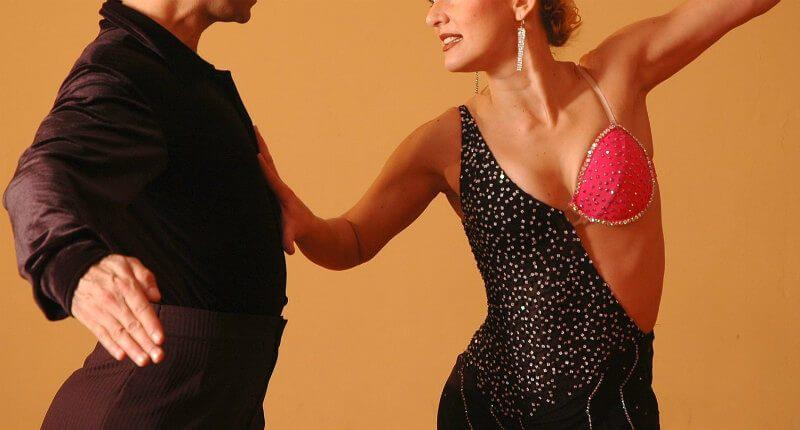 社交ダンスを踊る人たち
