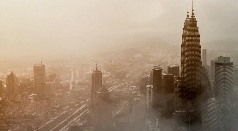 霧につつまれた都市