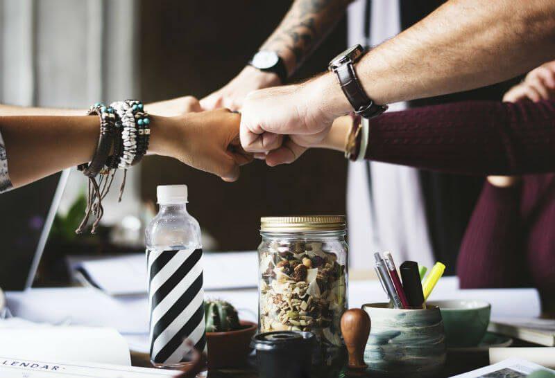 協力する人々