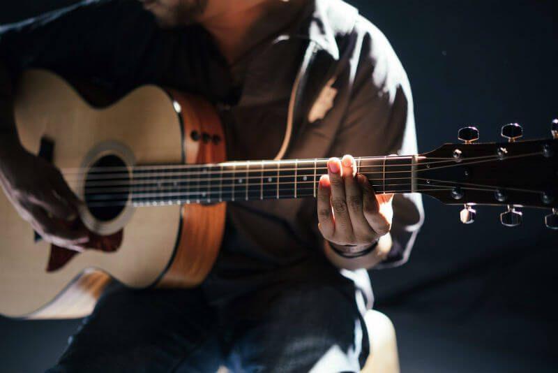 ギター弾いてる人