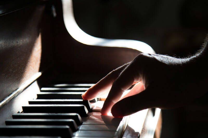 ピアノを弾いている様子
