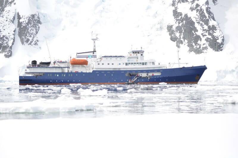 南極を進む船